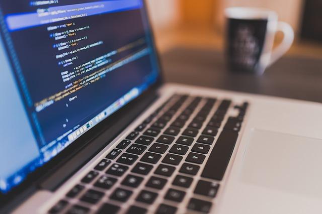 Primer plano de ordenador con código en la pantalla