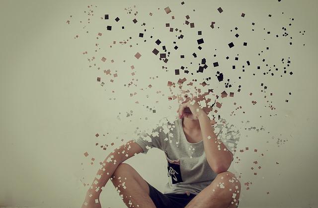 Persona descomponiéndose en pixels