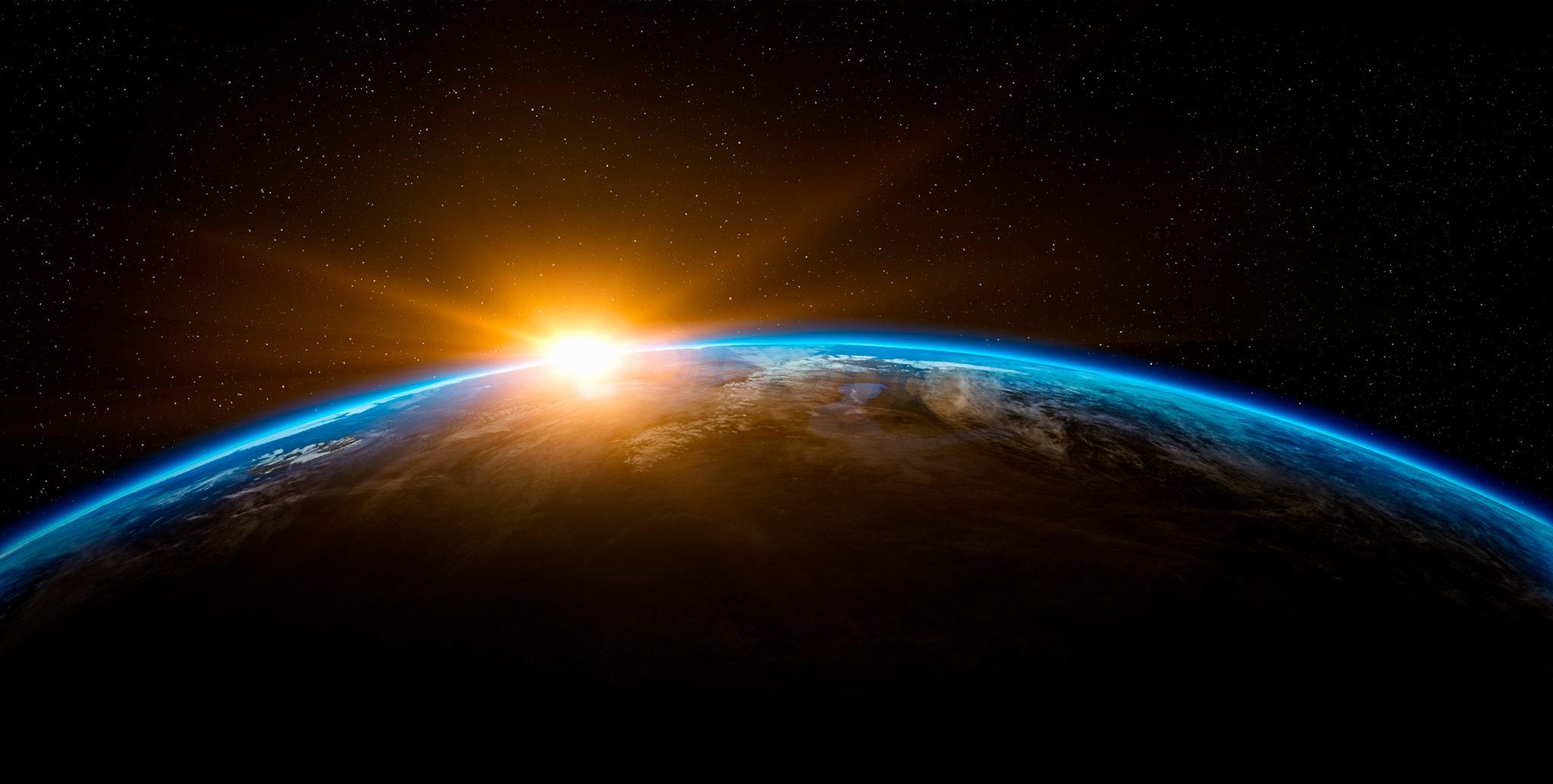 Fotografía del perfil de la Tierra con el sol en el horizonte