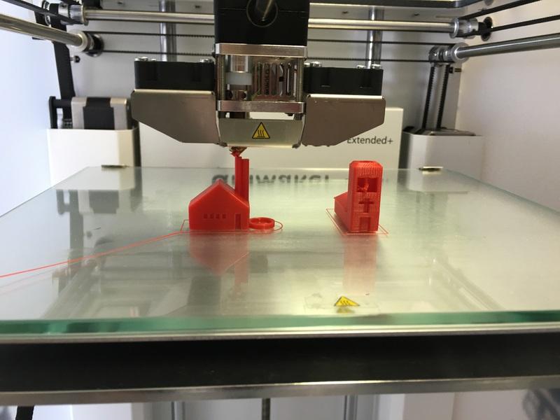 Una impresora 3D imprimiendo objetos