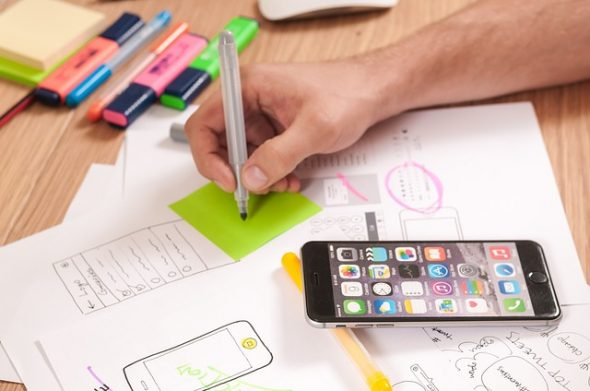 Persona trabajando en el prototipado de una aplicación