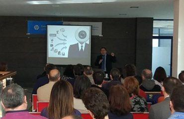 Amador Menéndez dándonos una charla sobre Inteligencia Artificial en HP León