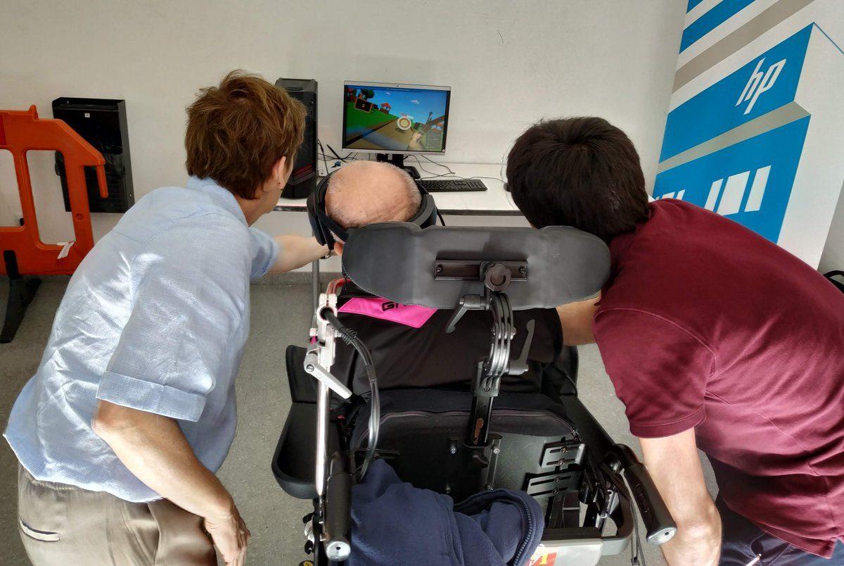 Nuestros compañeros enseñan la app de realidad virtual a uno de los miembros de la Asociación Manantial