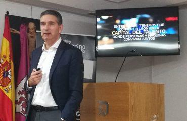 Miguel Ángel Turrado dando una charla en el Club de Prensa del Diario de León