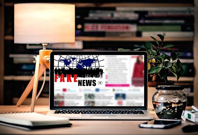 Imagen que ilustra una noticia falsa en un ordenador