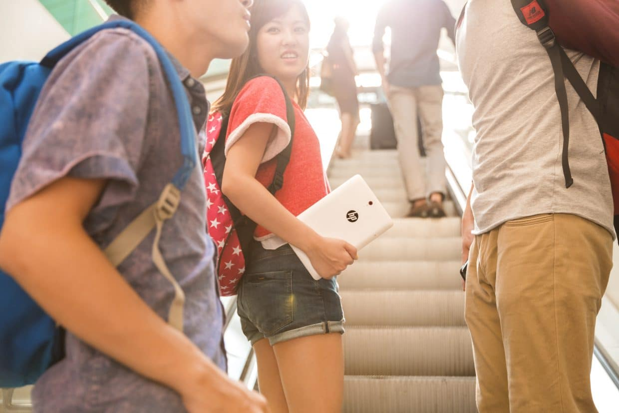 Young people with HP Slate 8 Pro tablet